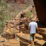 Wandern auf Gesteinsschichten im Karijini